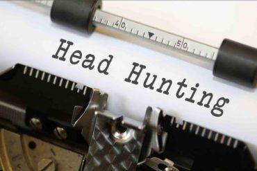 De quoi la « chasse de tête » est-elle le nom ?